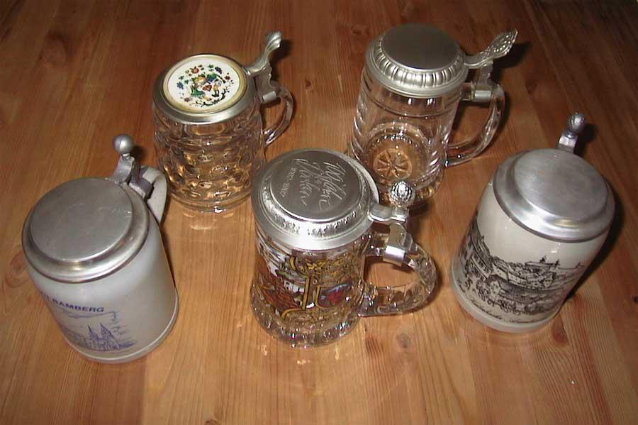 5 Stück Bierkrüge. Teilweise mit Gravur und Dekor.